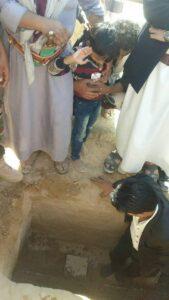 بالصورة.. طفل يمني يودع والده الشهيد بالتحية العسكرية