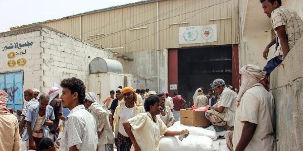 الحكومة تتعهد بإيصال المساعدات الإنسانية إلى كل الأراضي اليمنية