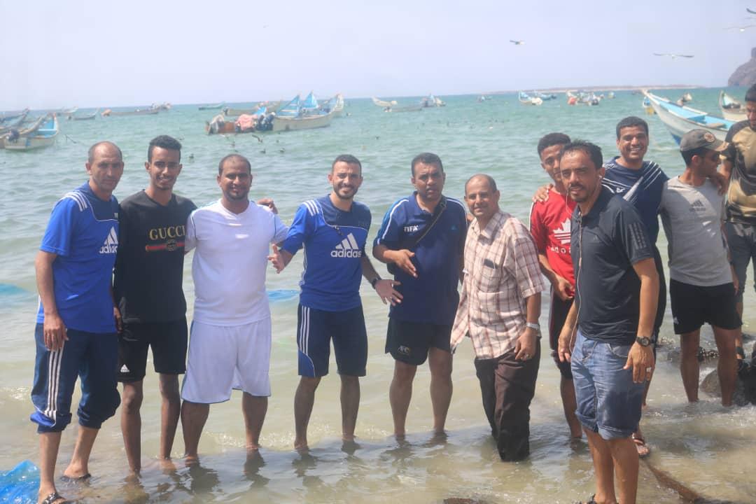 نادي شاطئ بئر علي الرياضي يحتضن حكام كرة القدم في رحله سياحية ترفيهية